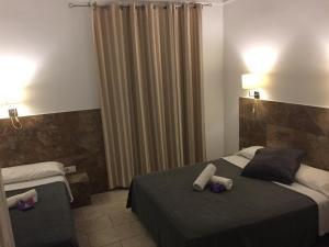 Cama ou camas em um quarto em Hostal Martinval