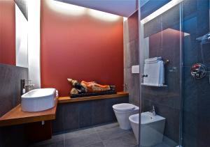 A bathroom at Design Suite Tirano