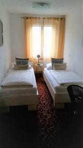 A bed or beds in a room at Hotel Zum Goldenen Anker