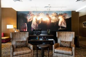 A seating area at Courtyard by Marriott Scottsdale Salt River