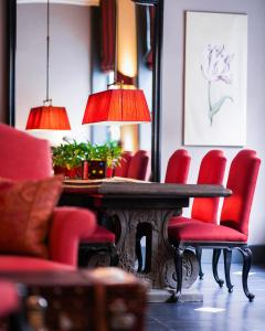 A seating area at Paleis Hotel