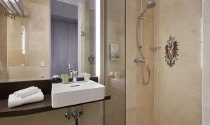 A bathroom at Living Hotel Kaiser Franz Joseph