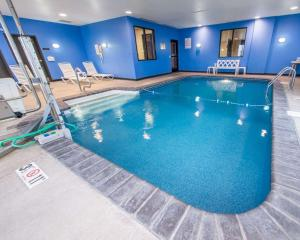 The swimming pool at or near Comfort Suites Altoona