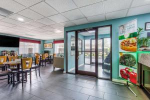 A restaurant or other place to eat at Quality Inn Kingston Springs
