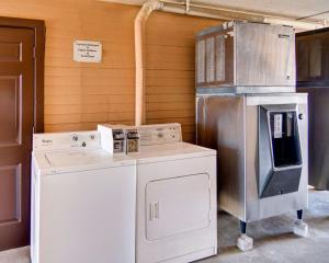A kitchen or kitchenette at Econo Lodge Decatur