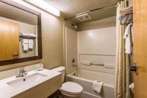 A bathroom at Quality Inn & Suites El Paso I-10