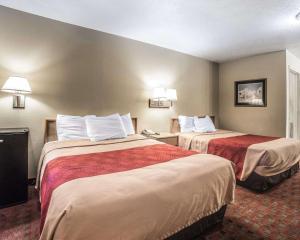Een bed of bedden in een kamer bij Rodeway Inn Zion National Park Area