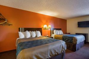 A bed or beds in a room at Econo Lodge Hurricane - Zion National Park Area