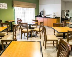 A restaurant or other place to eat at Sleep Inn & Suites Stony Creek