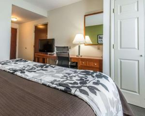 A bed or beds in a room at Sleep Inn & Suites Winchester