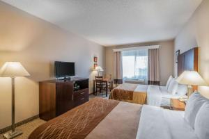 A bed or beds in a room at Comfort Inn & Suites Seattle North