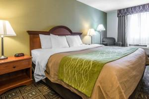 A bed or beds in a room at Comfort Inn Weirton