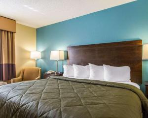A bed or beds in a room at Quality Inn Murray University Area