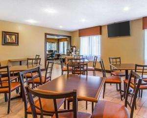 A restaurant or other place to eat at Quality Inn Murray University Area