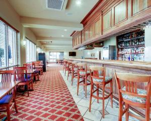 A restaurant or other place to eat at Clarion Suites Vidalia