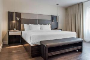 A bed or beds in a room at Les Suites Victoria, Ascend Hotel Collection