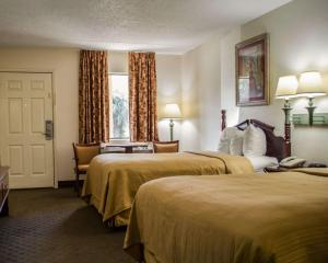 A bed or beds in a room at Quality Inn Crystal River