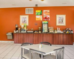 A restaurant or other place to eat at Quality Inn Crystal River