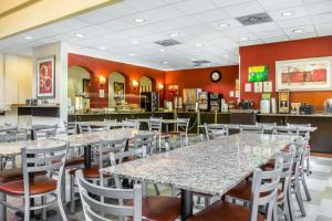 A restaurant or other place to eat at Quality Suites Orlando Close to I-Drive