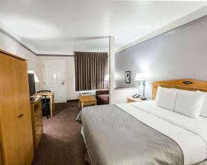 A bed or beds in a room at Clarion Suites Kissimmee-Orlando Maingate