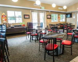 A restaurant or other place to eat at Clarion Suites Kissimmee-Orlando Maingate