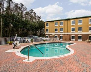 The swimming pool at or near Sleep Inn & Suites Orlando Airport