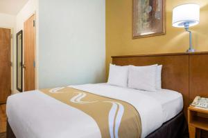 A bed or beds in a room at Quality Inn & Suites Near the Theme Parks