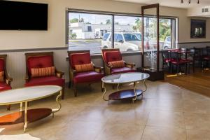 A seating area at Quality Inn Florida City-Florida Keys Area