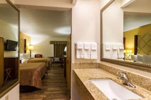 A bathroom at Quality Inn Florida City-Florida Keys Area