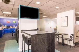A television and/or entertainment center at Quality Inn & Suites Near the Theme Parks