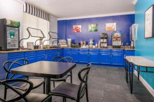 A restaurant or other place to eat at Quality Inn & Suites Near the Theme Parks