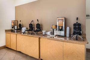 A cozinha ou cozinha compacta de Quality Inn At International Drive Orlando