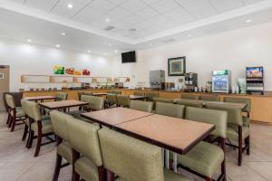 Um restaurante ou outro lugar para comer em Quality Inn At International Drive Orlando