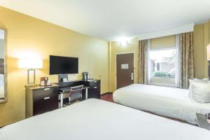 A bed or beds in a room at Inn at the Peachtrees, Ascend Hotel Collection