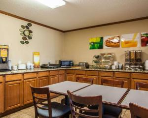 A restaurant or other place to eat at Quality Inn & Suites Eldridge Davenport North