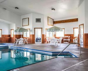 The swimming pool at or near Quality Inn & Suites Eldridge Davenport North