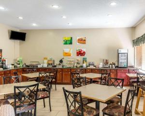 A restaurant or other place to eat at Quality Inn North
