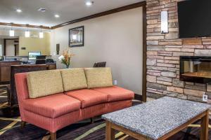 A seating area at Comfort Inn & Suites Cedar Rapids North - Collins Road