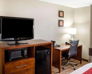 A television and/or entertainment center at Comfort Inn & Suites Coralville - Iowa City near Iowa River Landing