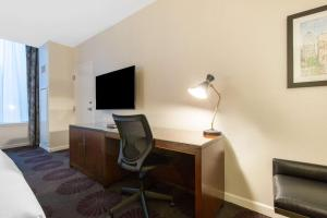 A television and/or entertainment centre at Hotel Audrey