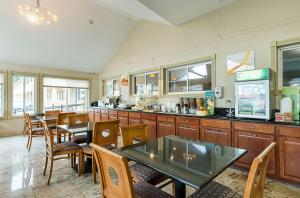 A restaurant or other place to eat at Quality Inn & Suites Northampton - Amherst