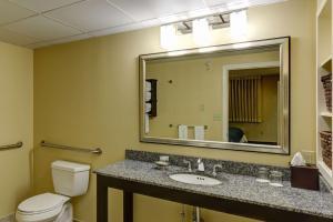 A bathroom at Port Inn & Suites Kennebunk, Ascend Hotel Collection