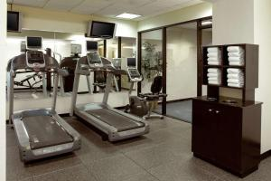 The fitness center and/or fitness facilities at Clarion Hotel Airport Portland