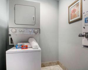 A bathroom at Quality Inn South Springfield