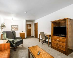 A seating area at Quality Inn & Suites North Springfield
