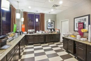 A restaurant or other place to eat at Hampton Inn Pittsburgh University Medical Center