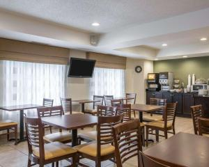 A restaurant or other place to eat at Sleep Inn & Suites Queensbury - Glens Falls