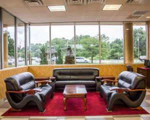 A seating area at Rodeway Inn Macarthur Airport
