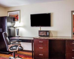 A television and/or entertainment centre at Rodeway Inn Macarthur Airport