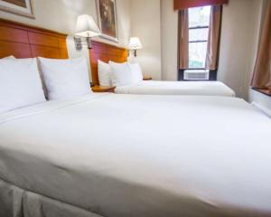 A bed or beds in a room at Econo Lodge Times Square